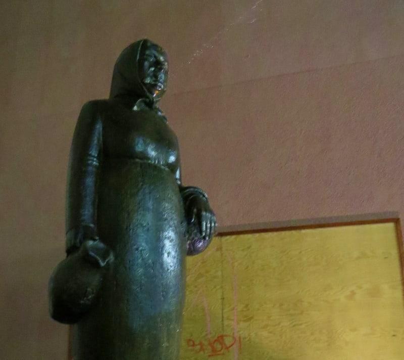 Frau Rauscher spitting statue Frankfurt